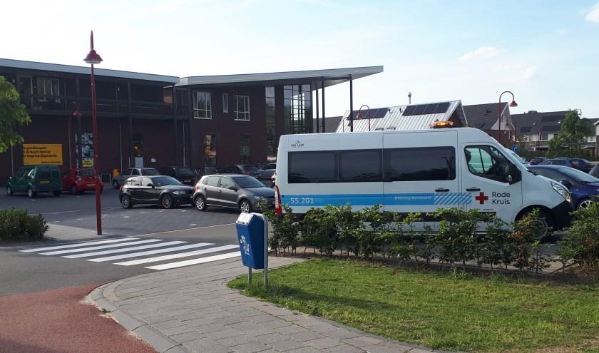 De Rode Kruisbus postte bij de Jumbo aan de Buru. (Foto: Jos Giesbers)