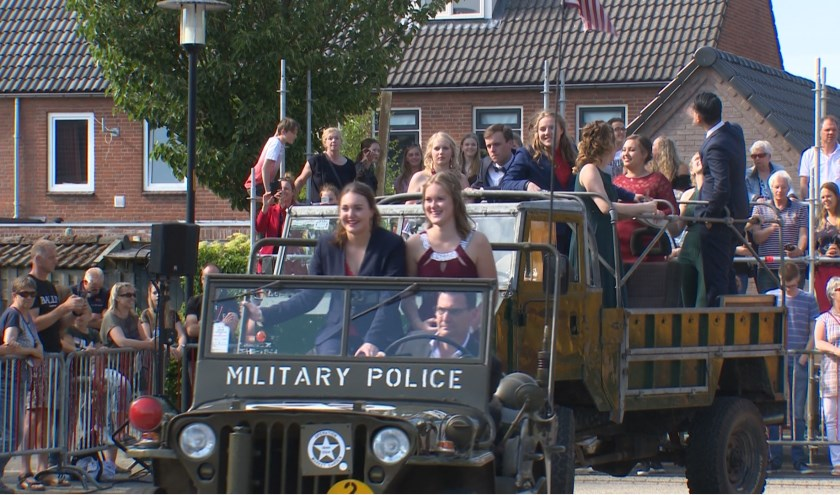 Uitgelaten scholieren op weg naar het gala. (Foto Jos Kruisbergen)