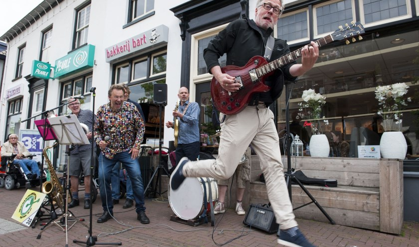 De band De Nieuwe Galukken vermaakt het publiek tijdens het straatmuzikantenfestival in Elst. (foto: Ellen Koelewijn)