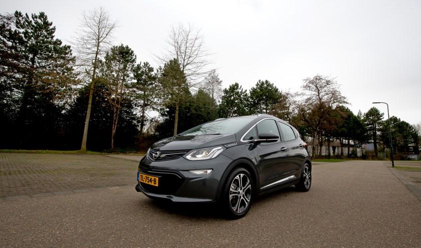 De Opel Ampera-e is een seieuze elektrische auto, maar laat ook steken vallen. FOTO BART HOOGVELD