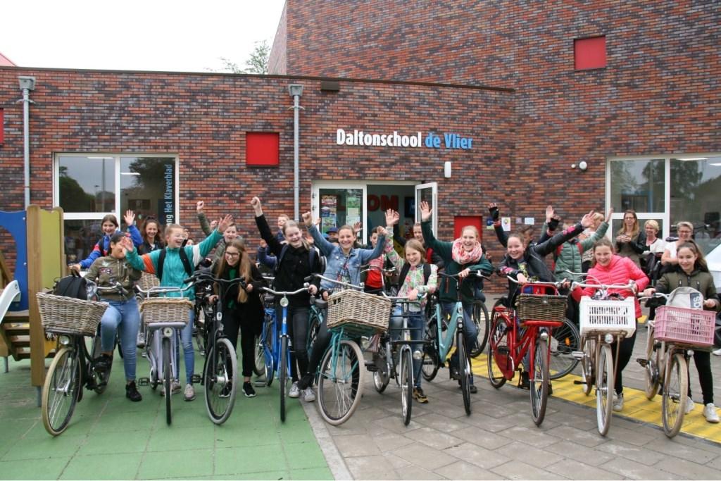 Groepsfoto voor vertrek (alleen de Vlier) Foto: Gerrit vd Kempe © Persgroep