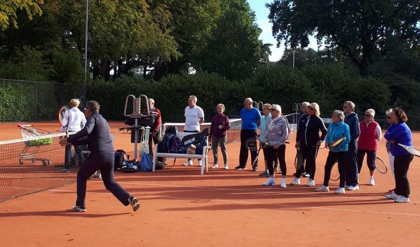 50plussers in actie tijdens Tennisfit