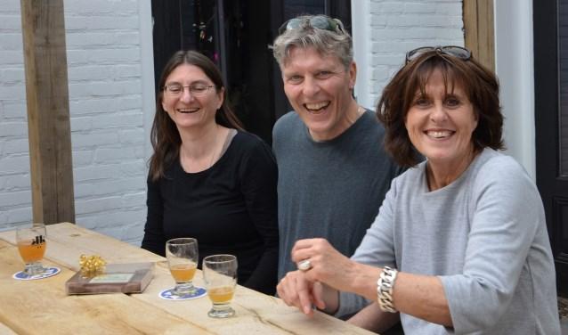 Simone Gorosics, haar partner Roland en Wijkse centrummanager Joke Twigt bij de stadsbrouwerij. FOTO: Ben Blom