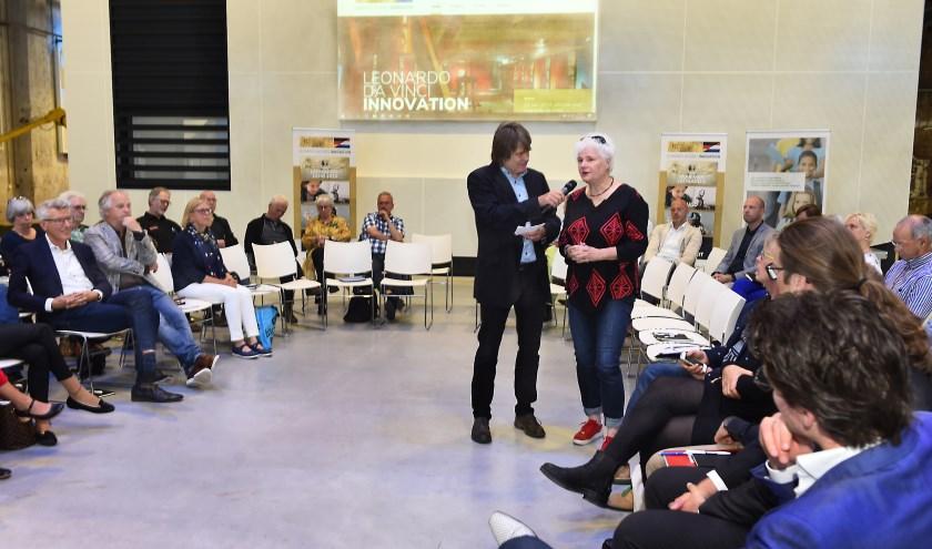 De start van het Leonardo Da Vinci Innovation project. Presentator Johannes Reef praat met Verena Winter vanGrenzBlickAtelier. (foto: Roel Kleinpenning)