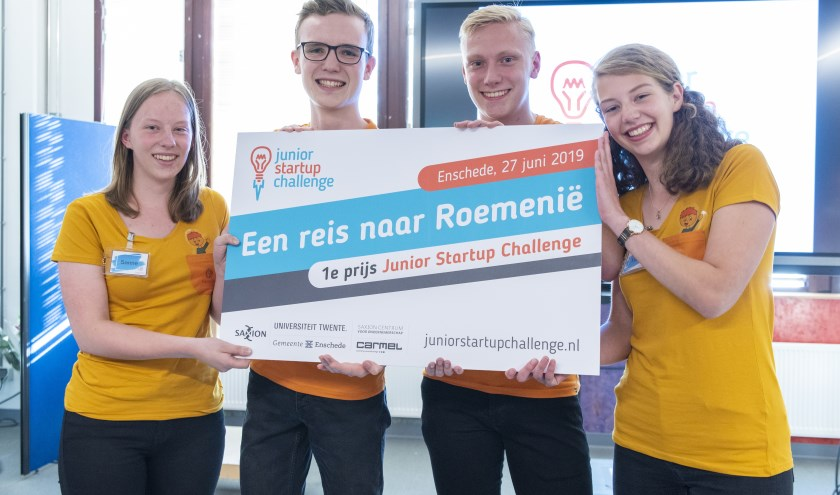 Sanne Beernink, Ben Ligthart, Lars Oomens enMaxim van der Molen (vlnr) zijn de trotsewinnaars van de Junior Startup Challenge.