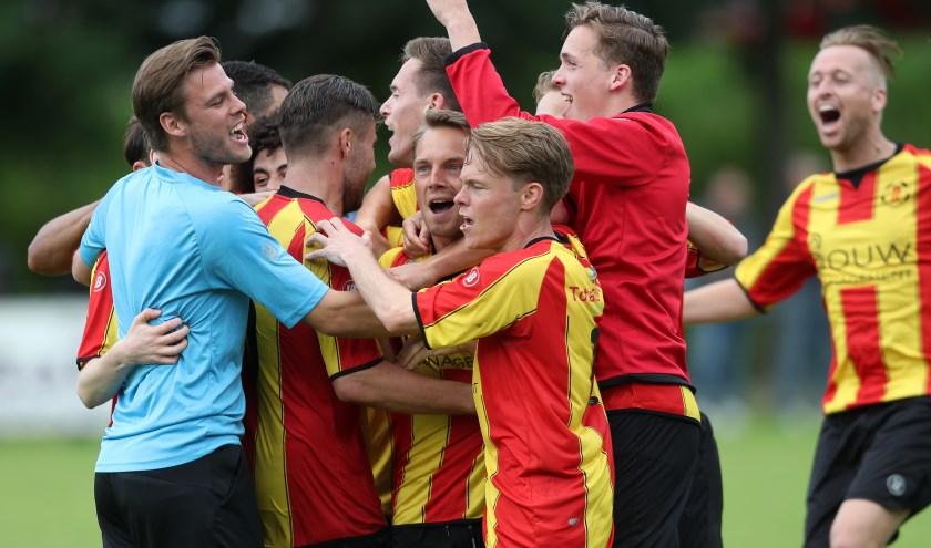 Spelers van Rozenburg vieren feest na laatste fluitsignaal in finalewedstrijd van de nacompetitie tegen Zuidland (foto: John de Pater)