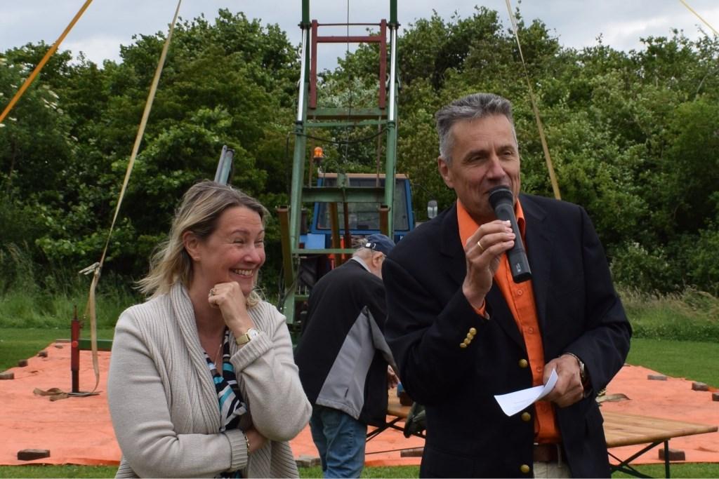 Wethouder Laura Werger wordt begroet door de voorzitter voor de opening van het vogelschieten Foto: I.Hissink © Persgroep