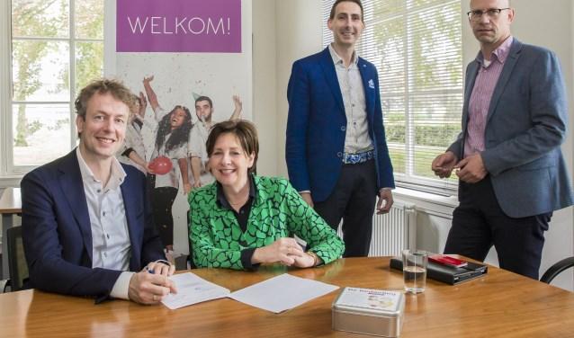 Martin Woltermann van FarmaZorg Breda en Service Apotheek en Olga van Rijn van Thebe tekenen het samenwerkingscontract.