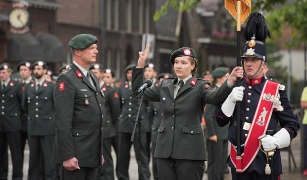 Natresmilitair legt de eed af op het vaandel (Foto: 13 Lichte Brigade)