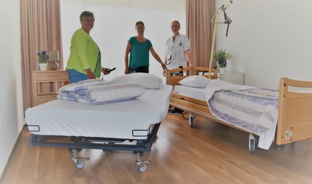 Henny Keekstra, Latoya Holtkamp en Tanja Exterkate (vlnr) van De Posten zijn blij met de geschonken koppelbedden.