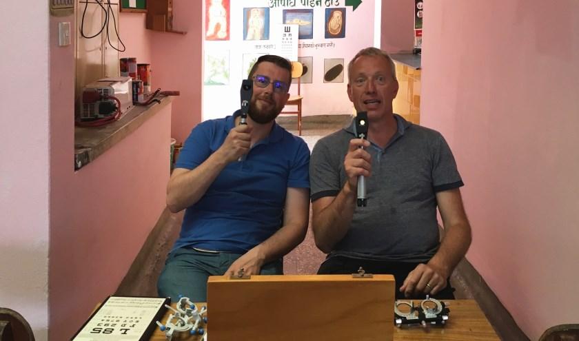 Christophe Collette (links) en Martin van Warmerdam in de kliniek om oogmetingen te doen. Meer dan honderd mensen zijn er voorzien van een bril of advies, wat volgens Martin enorm werd gewaardeerd.
