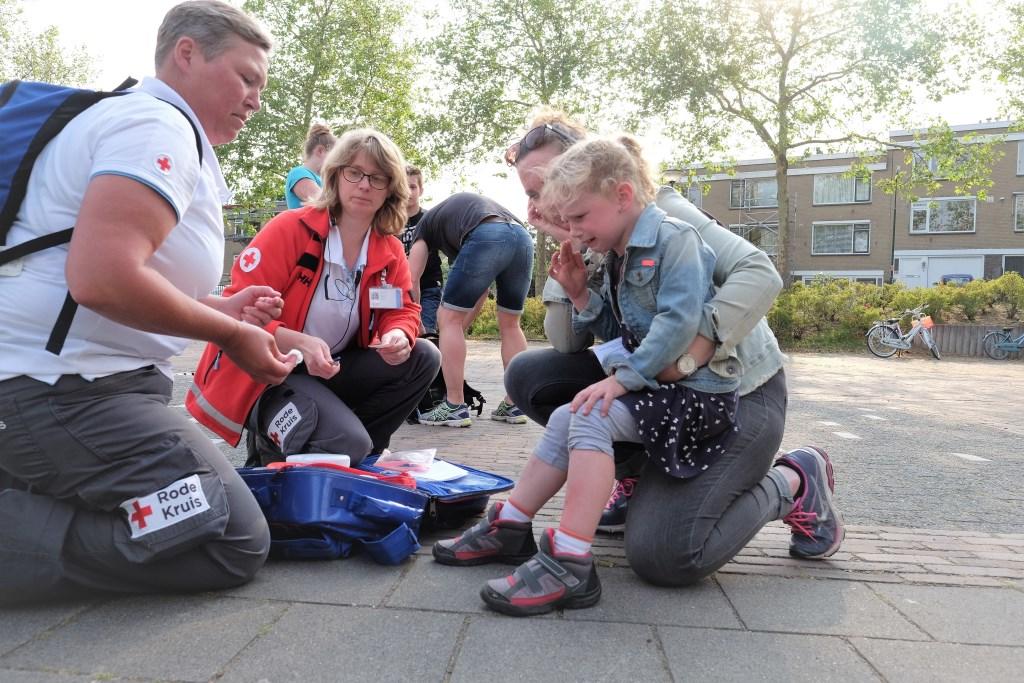 Bij de start moest het Rode Kruis al hulp bieden aan een klein meisje die een fikse schaafplek had.  © Persgroep