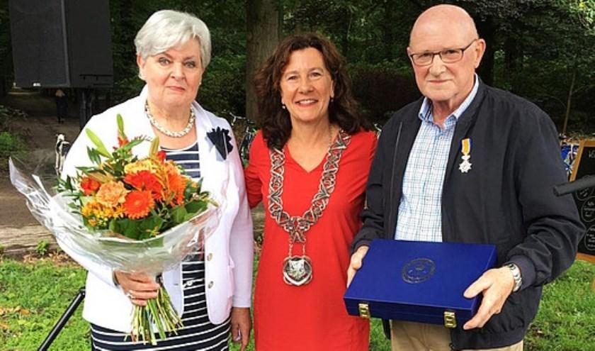 De onderscheiding werd hem overhandigd tijdens de opening van de 10e editie van Lustwarande bij Grotto. foto: Gemeente Tilburg