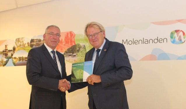 De profielschets is overhandigd aan Jaap Smit, Commissaris van de Koning (links). (Foto: pr)