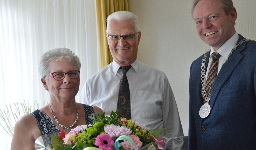 Arie Hol en Boukje Hol-van 't Oever vierden donderdag hun 50-jarig huwelijk. Loco -burgemeester Ivo ten Hagen kwam hen namens de gemeente feliciteren met een bos bloemen. (Foto: Paul van den Dungen)