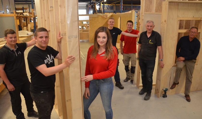 Een groep leerlingen, onder wie de enige vrouw in opleiding Lisa, is hartstikke enthousiast over het gloednieuwe Innovatiehuis
