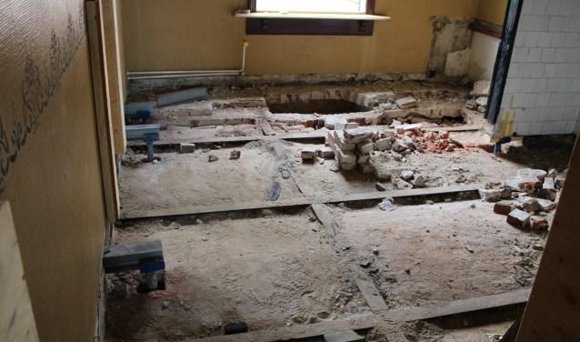 Naast het werk aan de buitenkant, worden ook de vloeren vernieuwd. Door roestvorming moeten de stalen liggers vervangen worden.