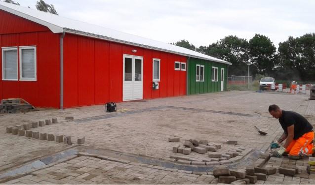 In een paar weken tijd is aan de Kristallaan in de nieuwe wijk Broekgraaf een opvallend rood-groen gebouw geplaatst. Foto: Mimi van Rossem