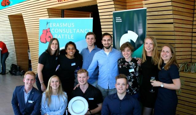 Het winnende team van de Erasmus Consultancy Battle samen met het bestuur van SOLVE Consulting Rotterdam
