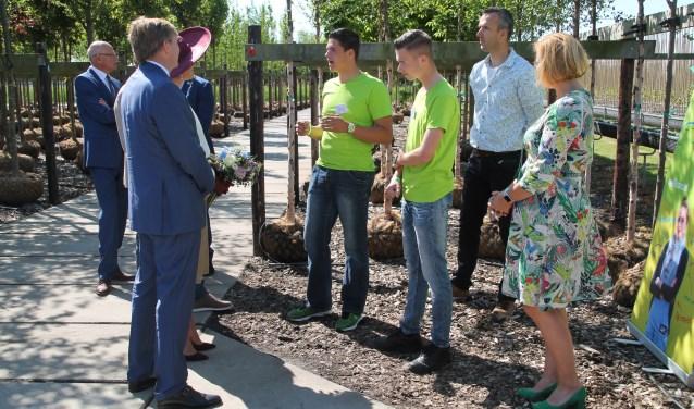 Twee studenten van Helicom geven uitleg over de boomkwekerij in Opheusden aan het koninklijk paar. (Foto: Marco Diepeveen)