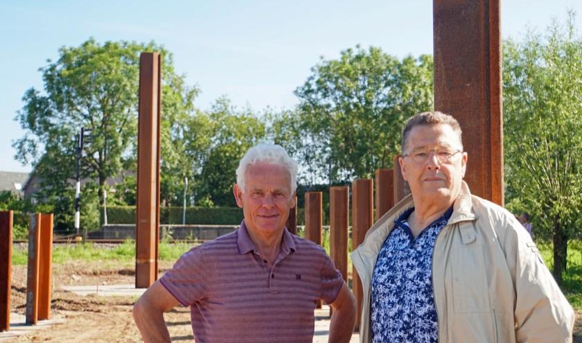 V.l.n.r. Gerard Nieuwenhuis en Cees van Meer bij monument in wording. (Foto : Jan Woldberg)