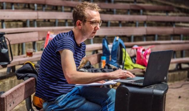 Rick Hooijberg maakte van zijn hobby zijn beroep, regisseert overal in de regio en is momenteel doende bij De Kersouwe in Heeswijk-Dinther.