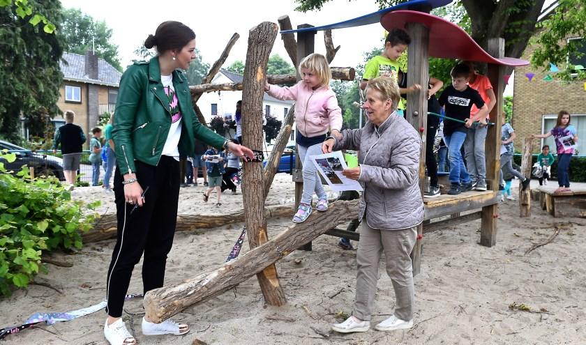 Onder het toeziend oog van juf Jill loopt Michelle over de evenwichtsbalk. Oma Mini Dueking helpt een handje. (foto: Roel Kleinpenning)