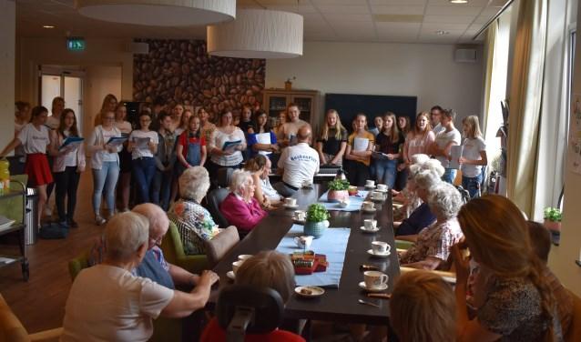 Koor Buchenpius bij het optreden in verzorgingstehuis Stadskwartier. Zij zongen Engelse, Nederlandse en Duitse liedjes. Foto: Jolien van Gaalen.