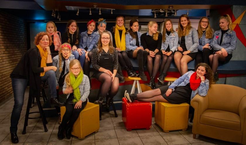 Het opleidingskoor Belle Magali staat onder leiding van zangpedagoge Ilona van Grondelle-de Kievit. (FOTO: Jolanda Verboog)