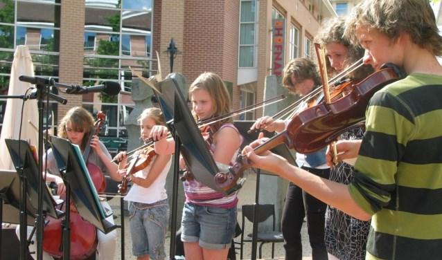 Tijdens het KROOST-festival verzorgen leerlingen van het CMD optredens op het plein voor De Hofnar.