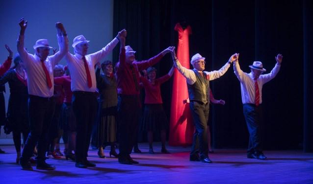 De Vlinder: Een danstheatervoorstelling voor en door 65-plussers uit Houten Centrum. Foto: Hans Hordijk.