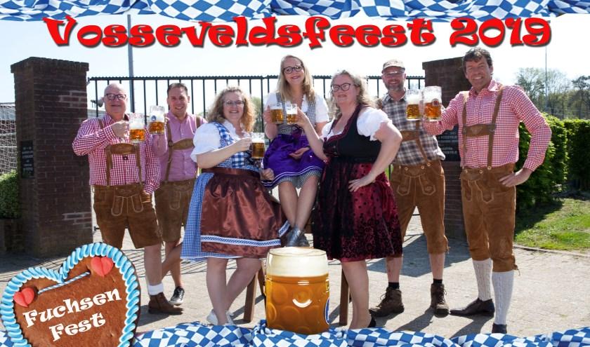 Het bestuur van de Buurtvereniging Vosseveld heeft zin in feest! Coen Damkot ontbreekt op deze foto.