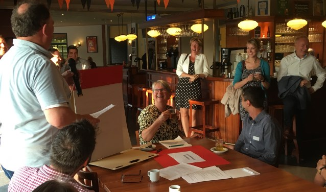 Wethouder Helga Witjes wordt toegesproken door voorzitter Sjaak Kregting