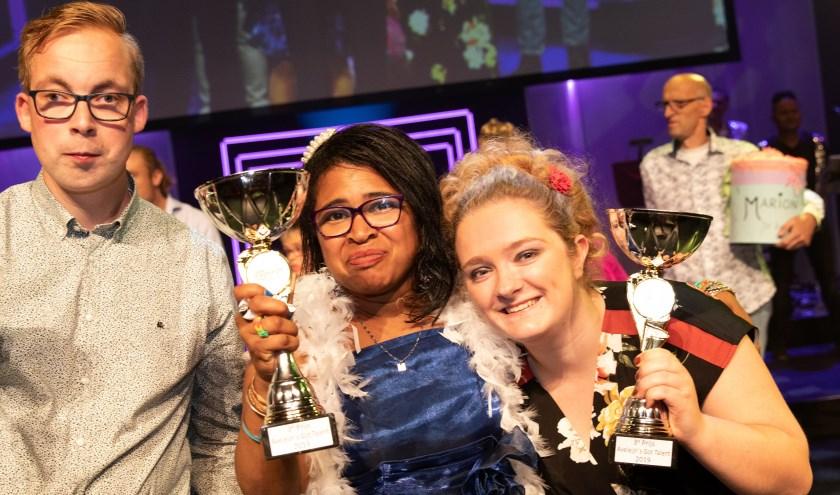 Amber (rechts) won de derde prijs in haar meezingcategorie.