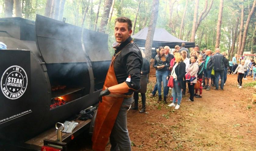 Op de smokers en barbecue-aanhangers worden watertandend lekkere gerechten bereid, met op de achtergrond gezellige muziek.