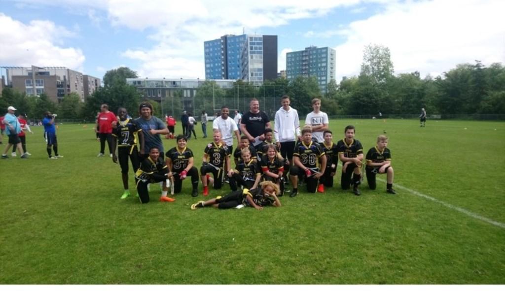 De PeeWees met hun trainers van Spijkenisse Scouts.   © Persgroep