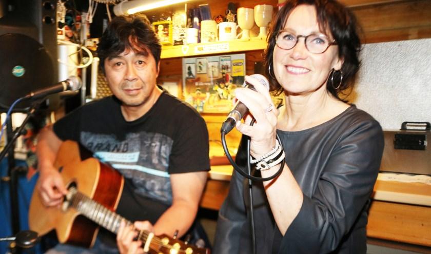 PopPlay, Buddy Wendersteyt en Dianne Marsman tijdens hun optreden in The Thirsty Traveler. (Foto: Arjen Dieperink)
