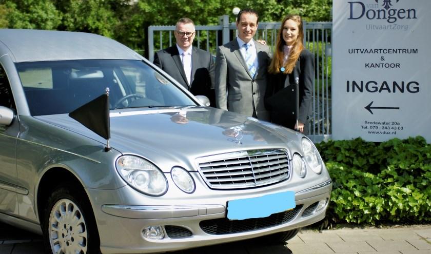Iwan van Dongen met dochter Nienke, Henk en de nieuwe auto bij het Uitvaartcentrum aan het Bredewater. Foto: Robbert Roos