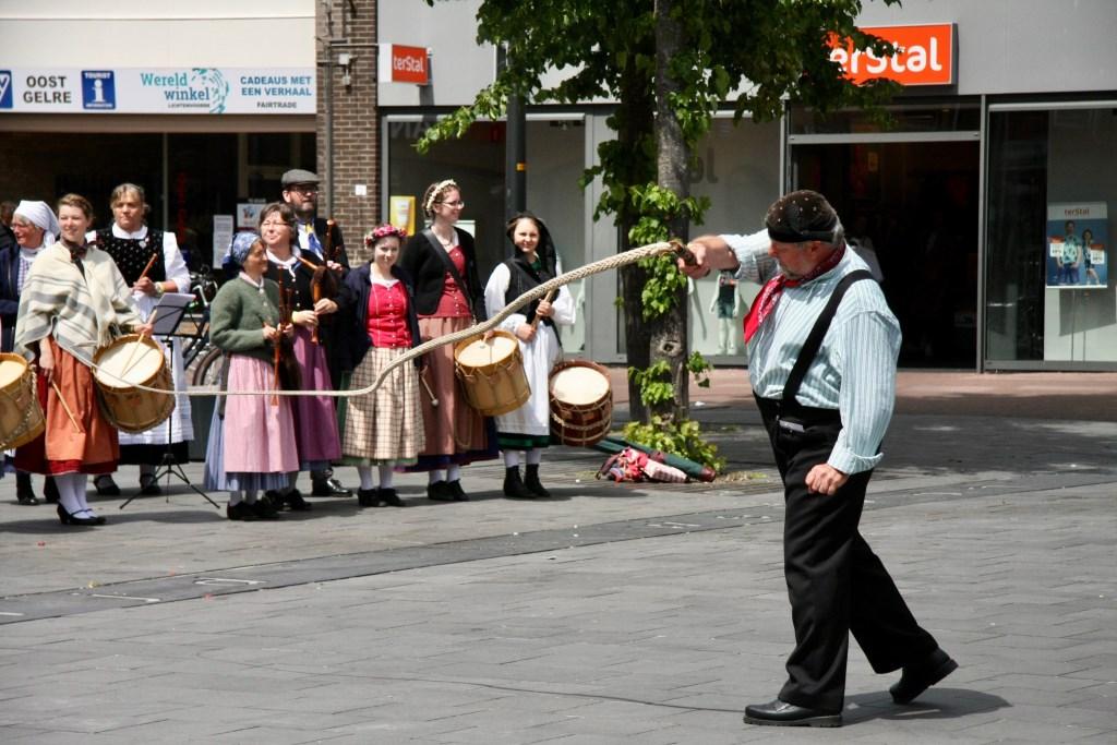 Met touwen hard slaan op de straat levert ritmes op. Foto: Eveline Zuurbier  © Persgroep