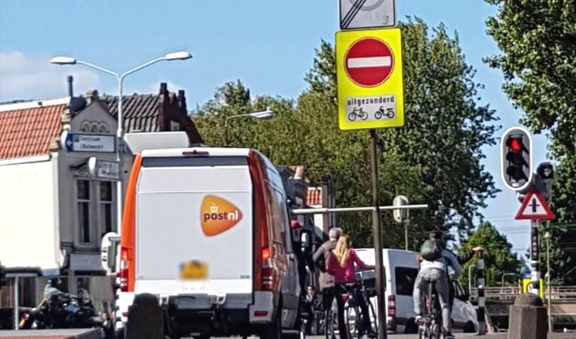 Vrachtverkeer negeert het rijverbod op de Kleiwegbrug. Deze chauffeur krijgt de boete binnenkort thuis gestuurd. Foto: PR