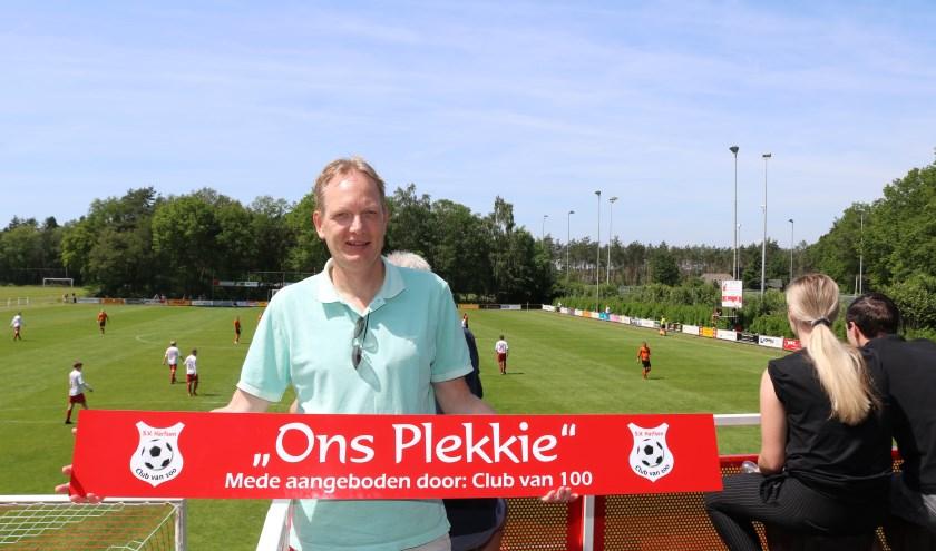 Voorzitter SV Harfsen Eddie Leunk op het terras ' Ons Plekkie' . Foto: Arjen Dieperink