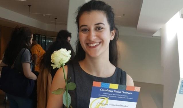 Dilara Günes: trots op haar oorkonde. (foto: pr)