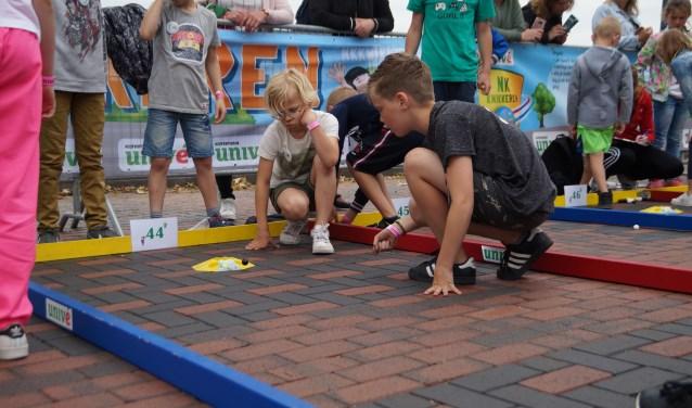 Woensdag hebben kinderen uit de hele regio meegedaan aan de voorrondes voor het NK knikkeren in Zaltbommel. De 16 winnaars plaatsen zich voor het NK knikkeren in Rhenen op 29 juni.