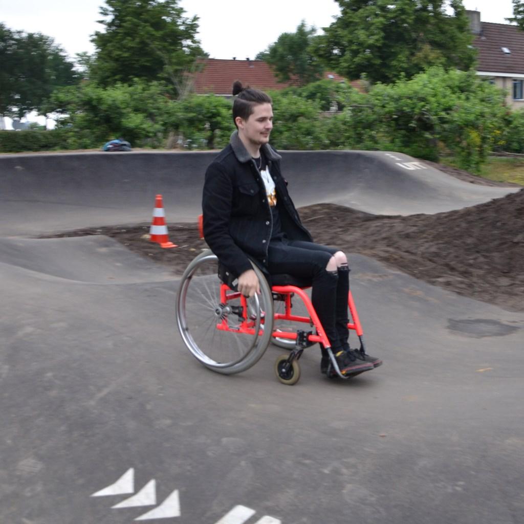 De pumptrack is voor veel wielen geschikt. Woensdag liet een jonge man in een sport rolstoel zien wat hij kan, vrijdag zagen we een junior op een loopfietsje het parcours meermaals doorkomen. De eerste dagen blijkt er respect voor elkaar te zijn: de meest ervarenen manoeuvreerden om het loopfietsje   © Persgroep