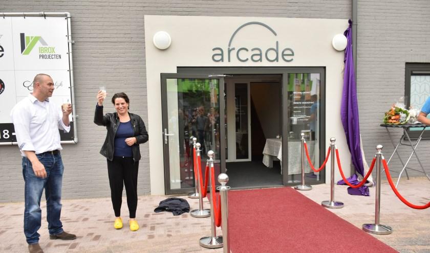 wethouder Willemien Vreugdenhil  onthult ARCADE gebouw Zandlaan 18 Ede