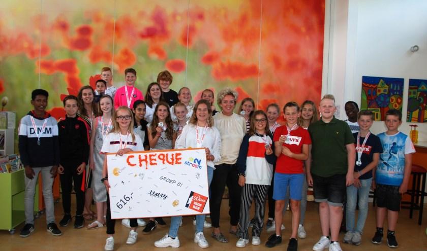Rosaly (rechts) en Nancy hebben namens groep 8 de cheque van 616 euro voor hospice De Cirkel aan coördinator Ester Grootenboer-Pos overhandigd.
