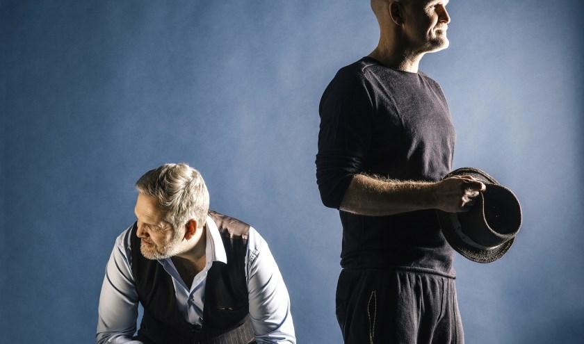 In Oogst brengt het Vlaamse cabaretduo hun beste sketches en hun mooiste poëtische liedjes.