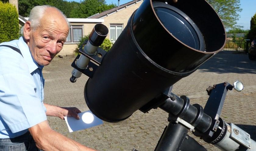 """Jilles Eindhoven: """"Rechtstreeks door een telescoop in de zon kijken, kan natuurlijk niet, maar door het beeld te projecteren op een stuk papier krijg je ook een mooi beeld."""""""