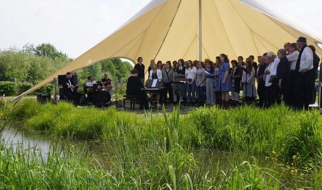 Zanggroep Evergreen Vierlingsbeek organiseert Muziek op de Maas.