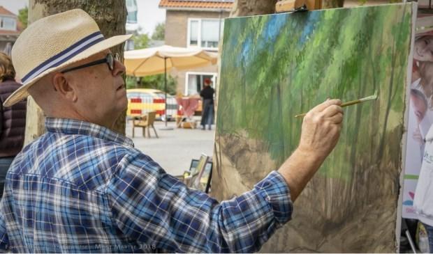 Schilder Peter Keizer in actie op het plein